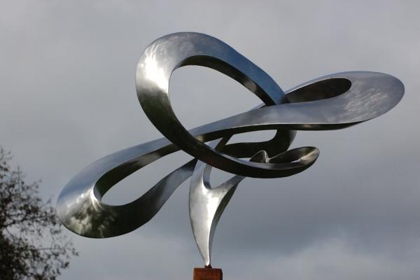 Remo Leghissa, Edelstahl und Messing Skulpturen für den Aussenbereich -Der Weg des Magiers