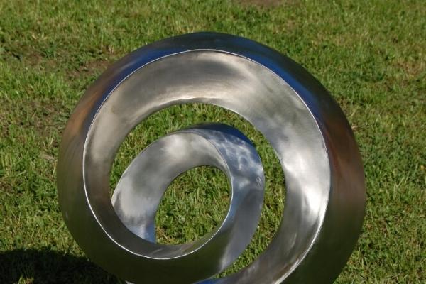 Remo Leghissa, Edelstahl und Messing Skulpturen für den Aussenbereich - Einfacher Spiralknoten VII