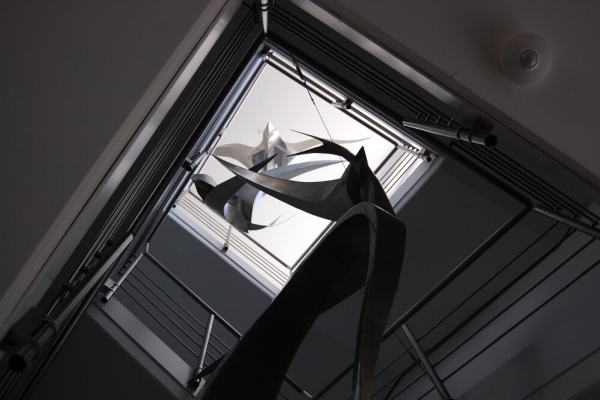 Remo Leghissa, Skulpturen aus Edelstahl und Messing - Skulpturengruppe in Geschäftshaus